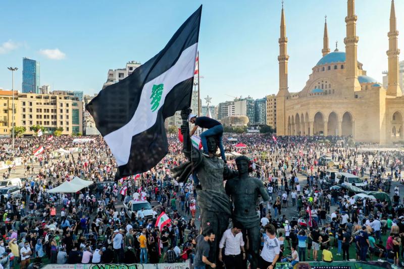 当地时间8月8日,贝鲁特广场上聚集着抗议群众。 图源:AFP