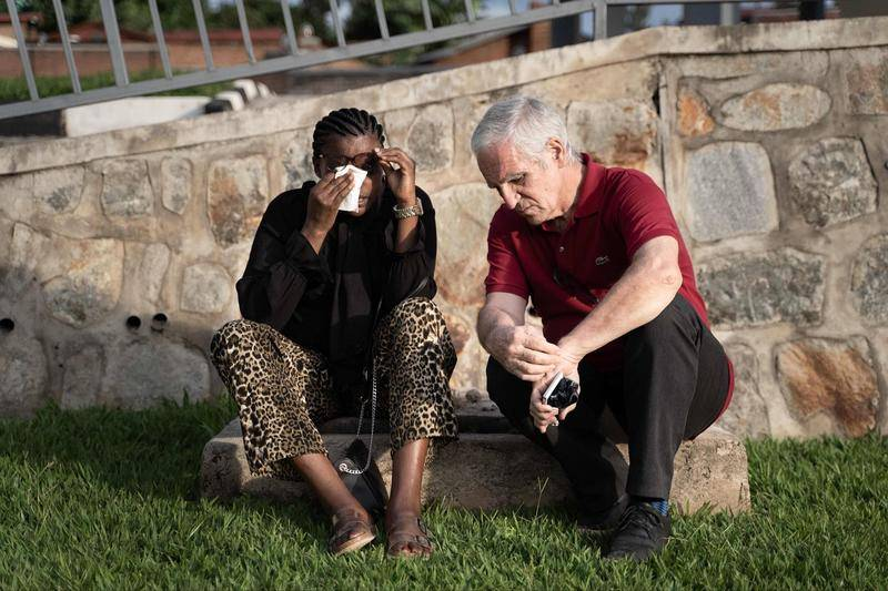阿兰·戈捷在大屠杀纪念馆安慰大屠杀幸存者阿尔伯蒂娜·马克卡玛兹(Albertine Mukakamanzi)(左)。图源:视觉中国