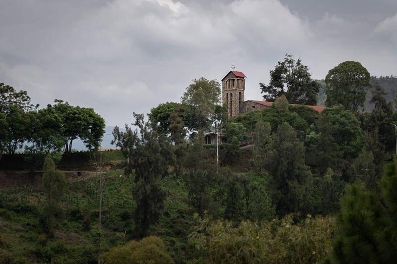 卢旺达基布耶教堂。大屠杀幸存者阿尔伯蒂娜·马克卡曼姿(Albertine Mukakamanzi)的叔叔是这里的牧师,他在大屠杀中被从钟楼扔了下来。图源:视觉中国