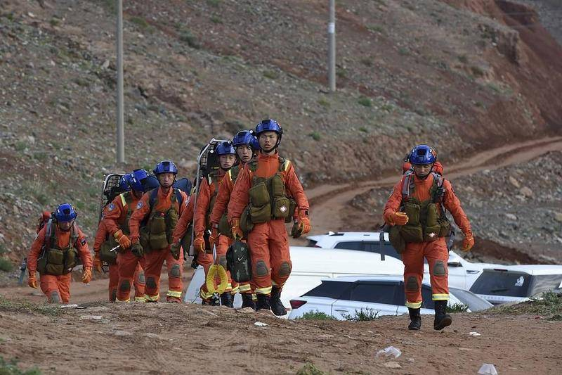 救援人员。图片来源:视觉中国