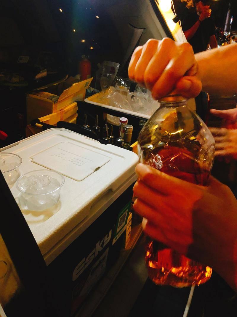 望京SOHO楼下的流动酒摊,北京青年的深夜穷鬼乐园